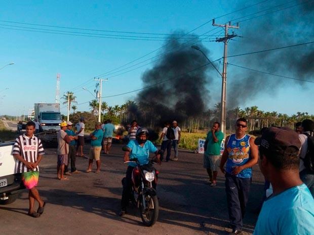 Protesto fecha rodovia em Mucuri, na Bahia (Foto: Divulgação/89ª Companhia Independente da PM)