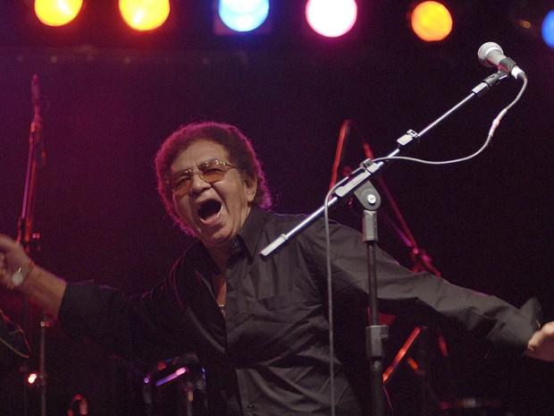 O cantor Reginaldo Rossi durante apresentação em palco montado no Largo do Arouche durante a Virada Cultural em 2009, no centro de São Paulo. (Foto: Flávio Moraes/Fotoarena/Estadão Conteúdo)