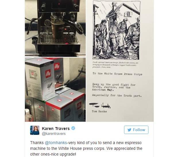 Jornalista Karen Travers agradece a presente enviado por Tom Hanks (Foto: Reprodução Twitter)