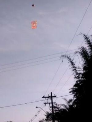 Morador flagrou balão no bairro Granada (Foto: Carlos José Corsini/Arquivo Pessoal)