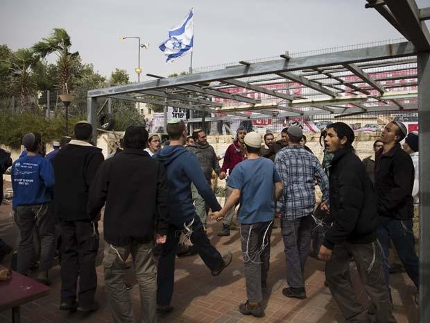 Jovens israelenses dançam nesta quarta-feira (4) perto de sinagoga na colônia de Givat Zeev, durante um protesto contra sua demolição  (Foto: REUTERS/Ronen Zvulun)