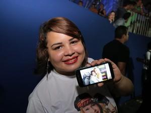 Fã mostra foto que tirou com Joelma no camarim (Foto: Jonathan Lins/G1)