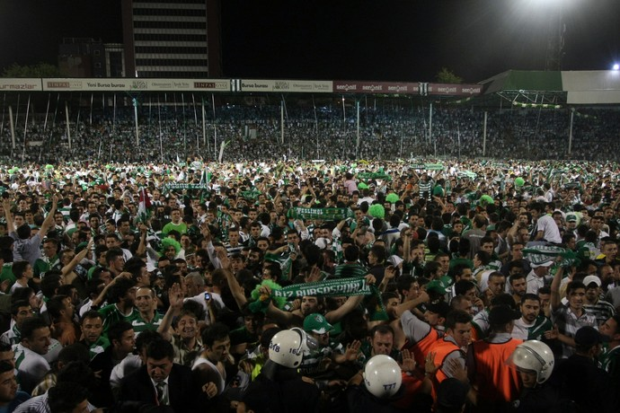 Torcedores do Bursaspor  (Foto: Getty Images)
