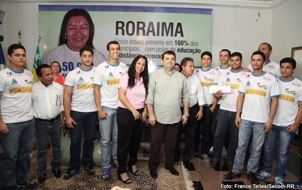 Governador José de Anchieta ladeado pelos atletas (Foto: France Telles/divulgação)