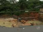 Poste é 'engolido' por cratera após rua desmoronar em Itatiba