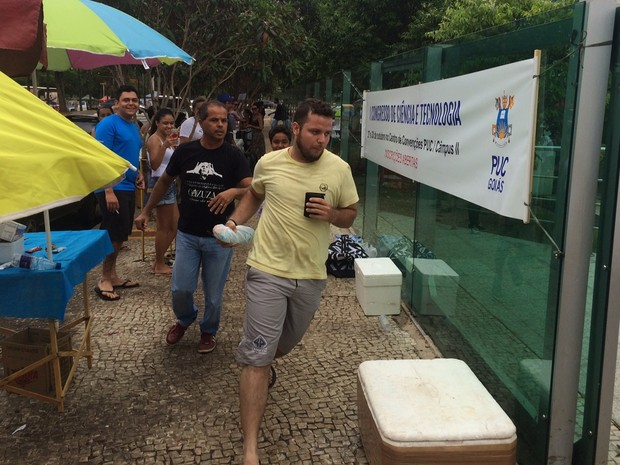 Enem 2015 - Domingo (25) - Goiânia (GO) - Estudantes correram para não perder o segundo dia de provas, em Goiânia (Foto: Sílvio Túlio/G1)