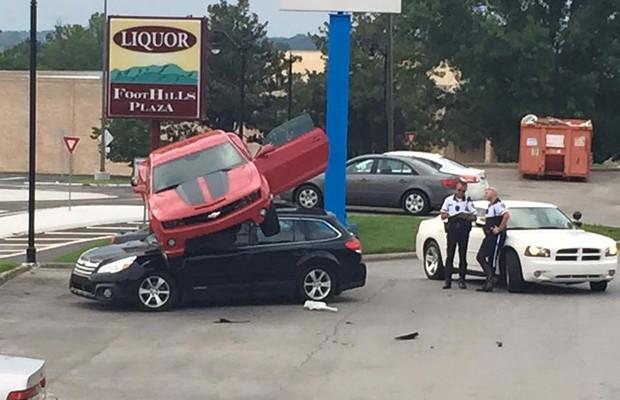 Chevrolet Camaro é encontrado no topo de um Subaru Outback (Foto: Divulgação)