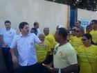 Candidatos à Prefeitura do Recife participam de panfletagens e debate