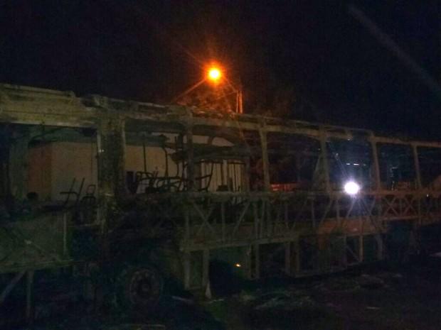 Bandidos destruíram ônibus na Avenida Ayrton Senna, no Tibiri (Foto: Aderson Amaral / TV Mirante)