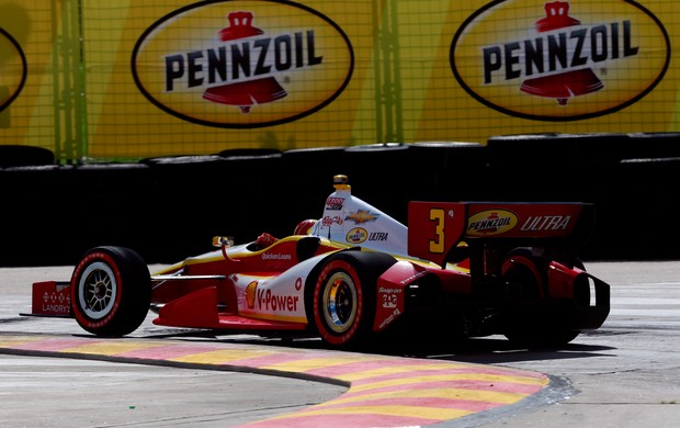 O piloto Hélio Castroneves da Penske sofreu com problemas mecânicos e perdeu a liderança da Fórmula Indy (Foto: Getty Images)