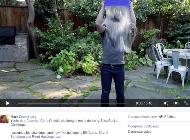 Mark Zuckerberg, criador do Facebook, postou vídeo levando balde de água gelada. Iniciativa faz parte de campanha de combate contra a esclerose (Foto: Reprodução/Facebook)