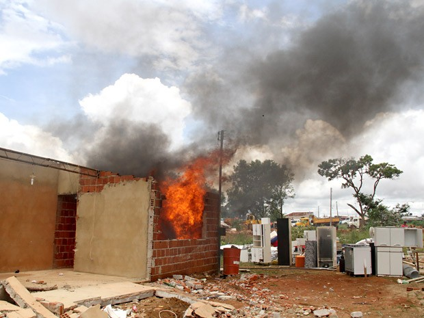 Casa incendiada durante protesto contra desocupação no Sol Nascente, no DF (Foto: Vianey Bentes/TV Globo)