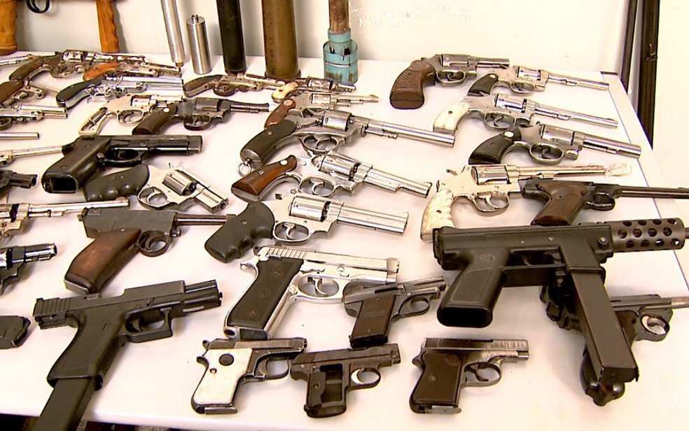 Revólveres e pistolas também foram apreendidos na casa do suspeito em Ribeirão Preto (Foto: Cláudio Oliveira/EPTV)