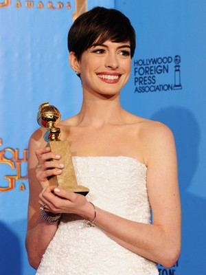 Atriz Anne Hathaway, vencedora do Globo de Ouro por 'Os miseráveis' (Foto: Kevin Winter/Getty Images/AFP)