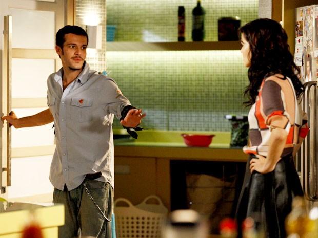 Rodinei é hostil com Liara (Foto: Cheias de Charme / TV Globo)