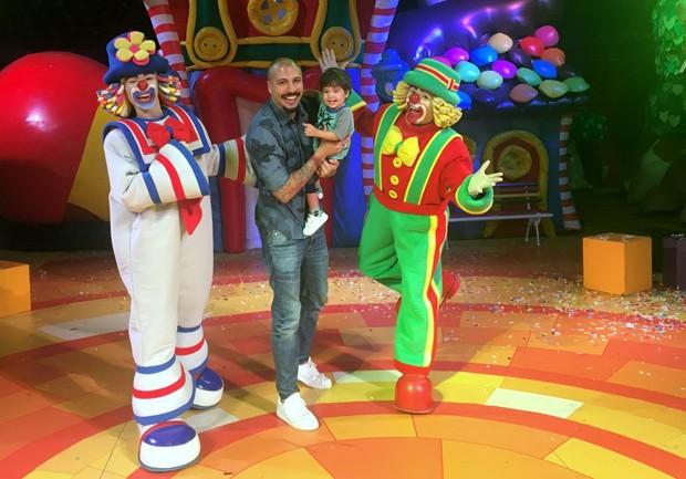 O ex-BBB Fernando Medeiros com o filho, Lucca, no show do Patati Patatá (Foto: AgNews)