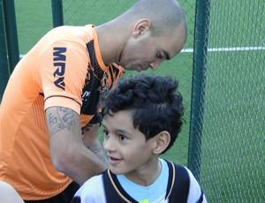 Tardelli e torcedor Davi Atlético-MG (Foto: Léo Simonini)