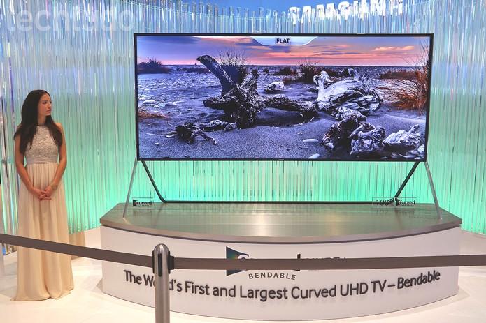 TV UHD da Samsung possui tela dobrável de acordo com a necessidade do usuário (Foto: Fabrício Vitorino/TechTudo)