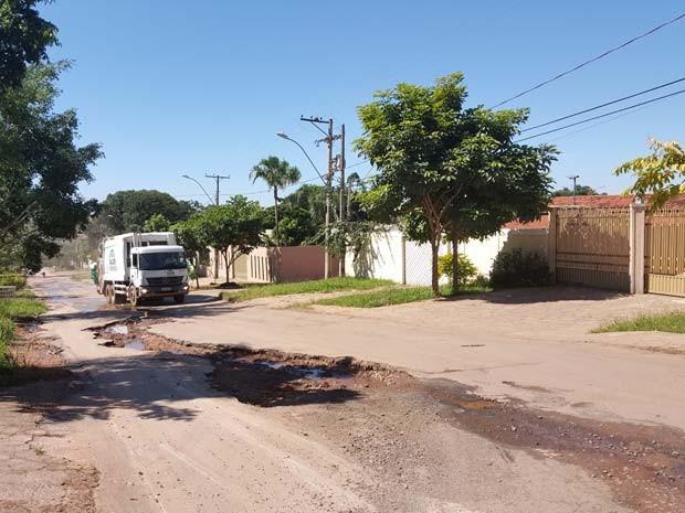 Caminhão de lixo passa na contramão em rua de Vicente Pires para não cair em buracos (Foto: Luciana Amaral/G1)