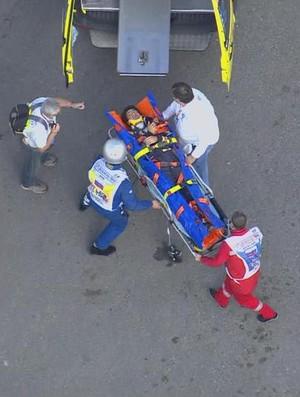 Carlos Sainz Jr. é removido de maca após forte acidente no 3º treino livre para o GP da Rússia (Foto: Reprodução)