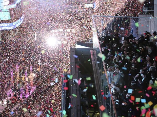 Chegada de 2016 é celebrada com chuva de confetes na Times Square em Nova York após relógio virar a meia-noite (Foto: Mary Altaffer/AP Photo)