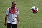 """Aílton Ferraz testa jovens contra time amador, mas admite: """"Não é o ideal"""""""