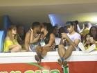 Gracyanne Barbosa e Belo trocam beijos na Sapucaí após boatos de crise
