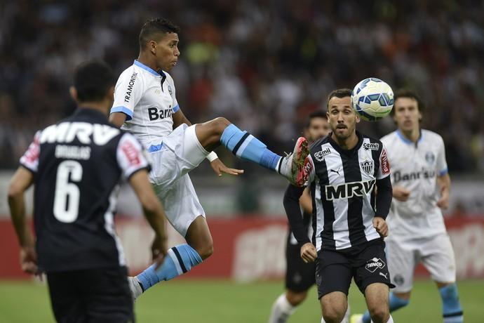 Jogadores do Atlético-MG em disputa de bola na partida contra o Grêmio (Foto: Douglas Magno )