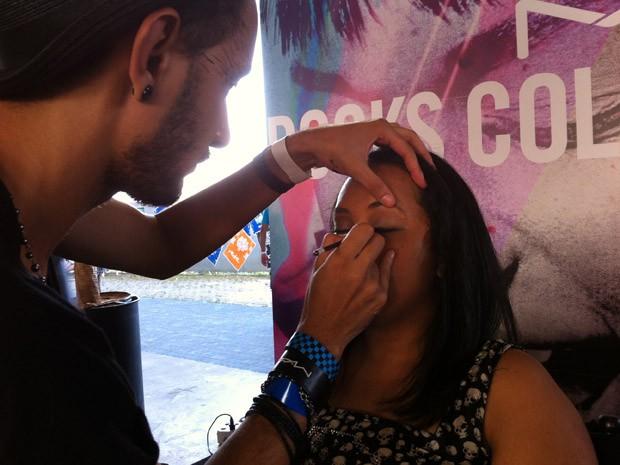 VIPs podem se maquiar para o festival no Lolla Lounge (Foto: G1)