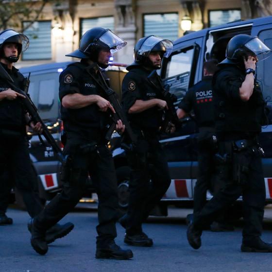Movimentação policial em Barcelona após atentado terrorista (Foto: Pau Barrena / AFP)