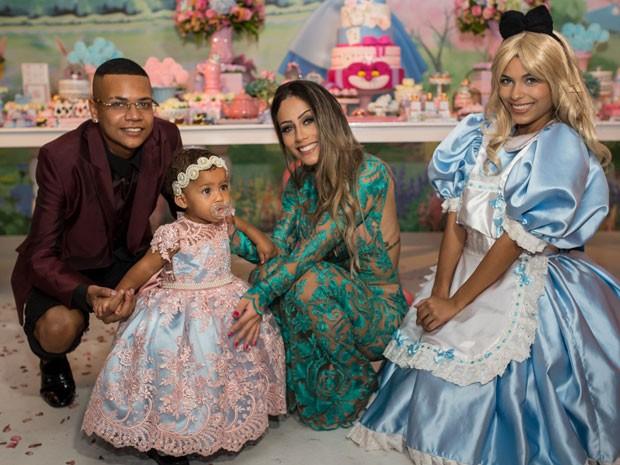 MC Duduzinho com as filha caçula, Valentina Eduarda, e Allana Azevedo em festa no Rio (Foto: Arnobio Junior/ Divulgação)