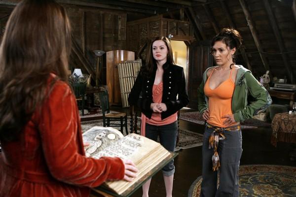 Alyssa Milano e Rose McGowan em cena de Charmed (Foto: Reprodução)