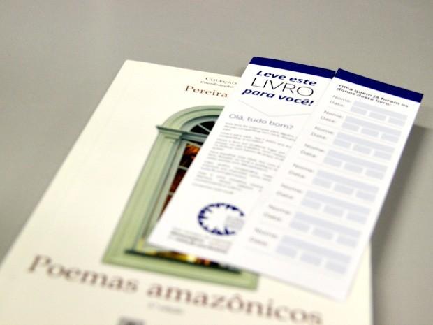 Livros ganham marcas página com explicação sobre projeto e nomes de donos (Foto: Marina Souza/G1 AM)