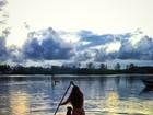 Petra Mattar usa biquíni pequenininho para praticar stand up paddle
