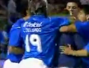 Jogadores sufocam Perez após o gol (Foto: Reprodução/Internet)
