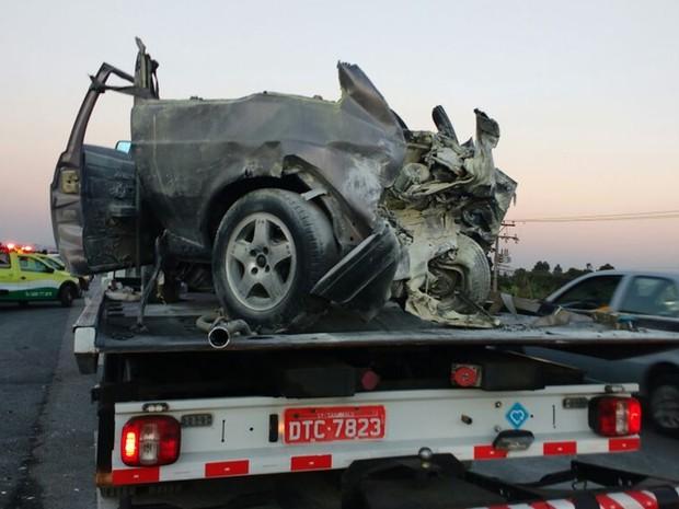 Carro ficou destruído ao se envolver em congestionamento (Foto: Carolina Paes/TV Diário)