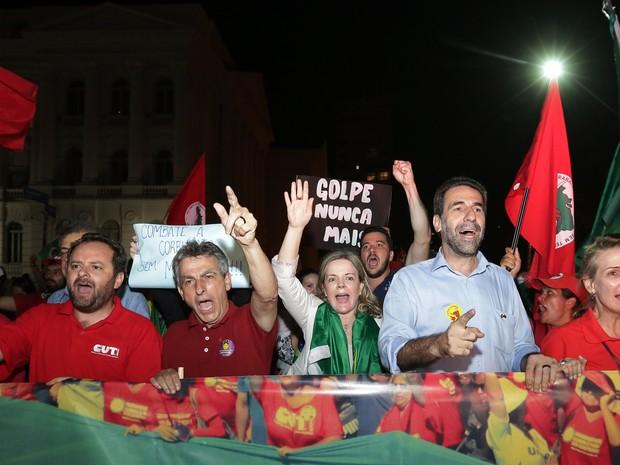 Políticos petistas estiveram presentes na manifestação em Curitiba (Foto: Giuliano Gomes/PR Press)