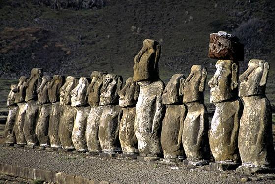 Enfileirados, os 15 moais de Tongariki estão de frente para o vulcão Rano Raraku  (Foto: © Haroldo Castro/ÉPOCA)