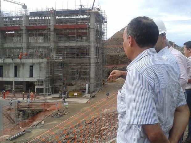 Francisco Teixeira visita obras da transposição no Sertão pernambucano (Foto: Jadir Souza/TV Grande Rio)