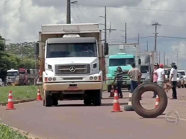 Bloqueio de caminhoneiros na BR-163 em Sinop, Mato Grosso. (Foto: Reprodução/TVCA)