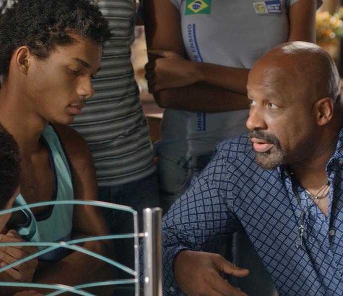 Florisval diz ao filho que eles poderão se mudar, mas o rapaz se preocupa (Foto: TV Globo)