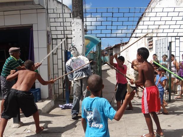 Crianças e até um aposentado de 86 anos participaram da brincadeira. (Foto: Michelle Farias/G1)