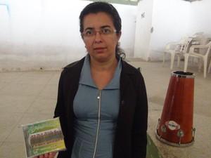 Mariangela mostra CD gravado pelas destaladeiras (Foto: Carolina Sanches/G1)