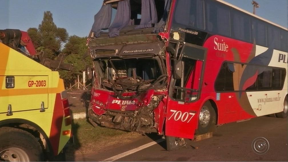 Mais de 15 passageiros do ônibus ficaram feridos após batida na rodovia Castello Branco (Foto: Reprodução/TV TEM)