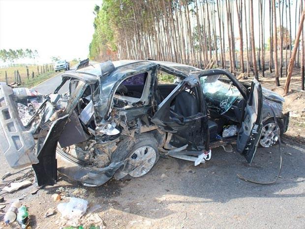 Carro ficou destruído após acidente (Foto: Sessé Guimmas/Site Medeiros Dia a Dia)