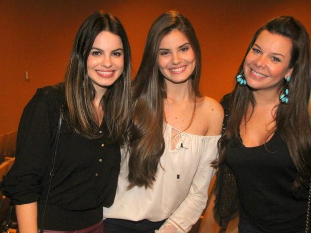 Sthefany Brito, Camila Queiroz e Fernanda Souza em teatro no Rio (Foto: Daniel Delmiro/ Ag. News)