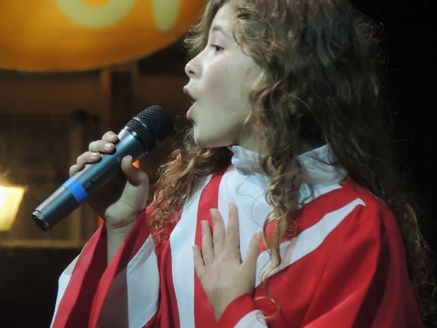 Garota desce da árvore e canta para cerca de mil pessoas em Gramado (Foto: Caetanno Freitas/G1)