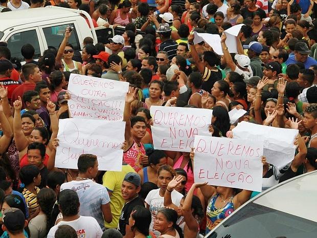 Manifestantes protestaram no cartório eleitoral de Lábrea (Foto: Edmar Barros/VC no G1)