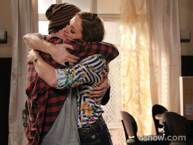 Alexandra Richter e Vitor Thiré se abraçam após a gravação da última cena (Foto: Malhação / TV Globo)