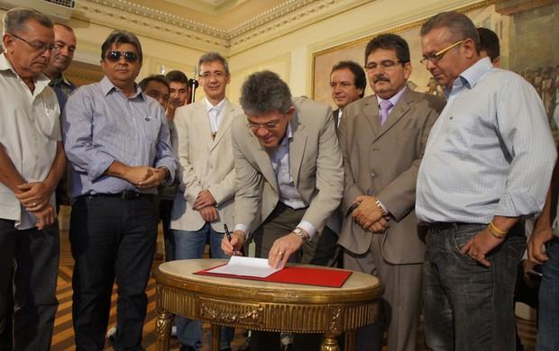 Assinatura do convênio com a Cagepa e os times da Paraíba (Foto: Renata Vasconcellos)
